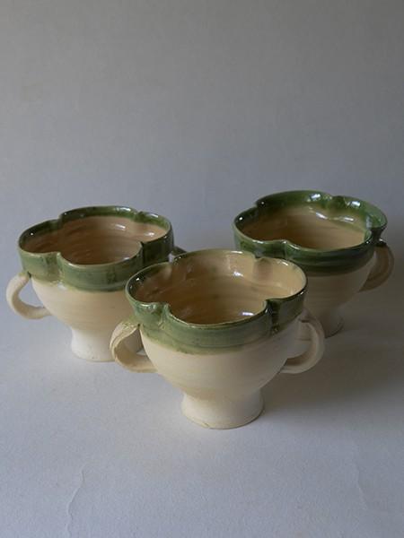 http://poteriedesgrandsbois.com/files/gimgs/th-30_GDT024-Tasse-quadrilobée-Saintonge-XIVe-s.jpg